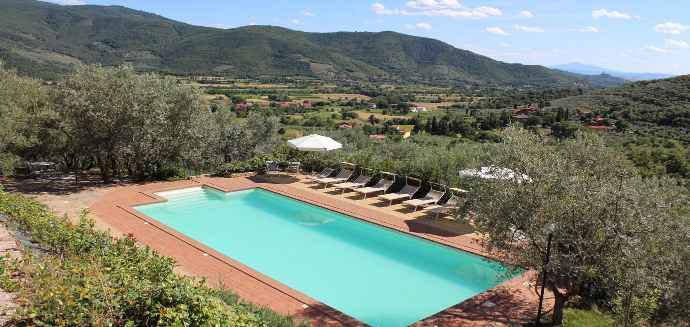 View over the pool across the Tuscany countryside near Castiglion Fiorentino